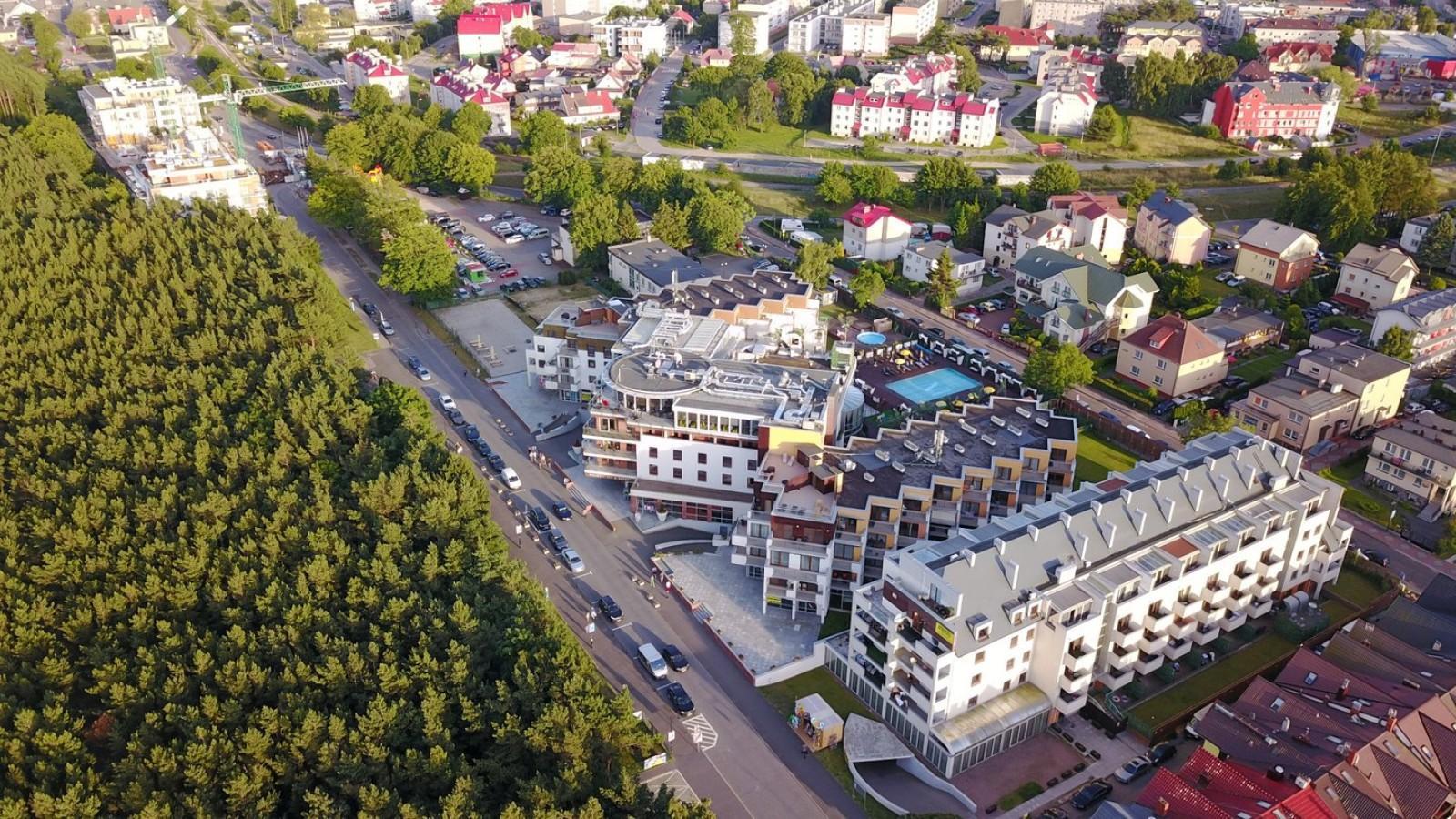 Widok na apartamentowiec Maloves z lotu ptaka oraz częśćWładysławowa