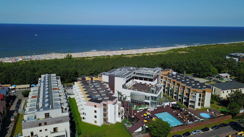 Widok na morze i część kompleksu Maloves (Velaves) Władysławowo wraz z basenem w pełnej okazałości